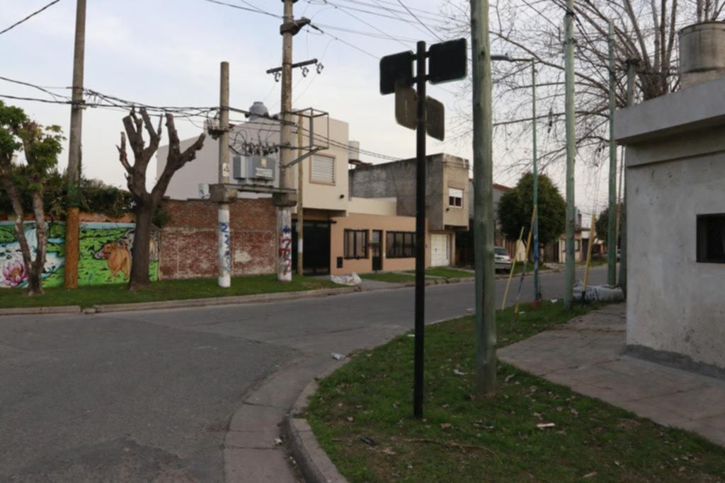 En Villa Elvira, otro ataque sangriento de motochorros dejó a un penitenciario herido
