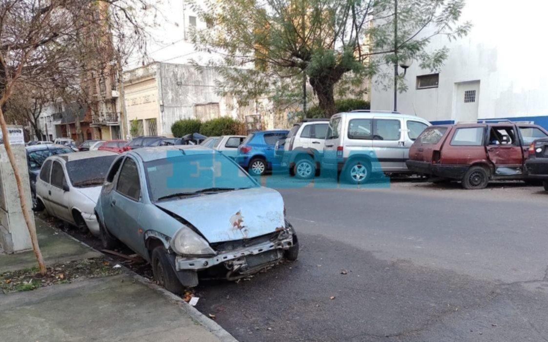 """Denuncian que crece el """"cementerio"""" de autos frente a la comisaría Novena"""