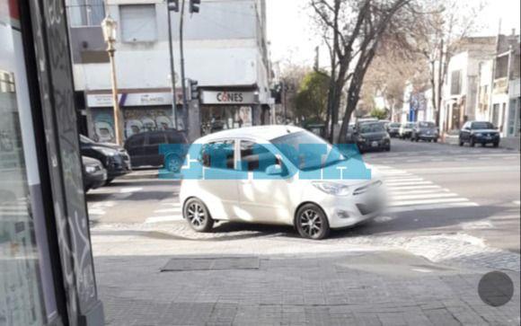 """Otra jornada de """"estacioná donde quieras"""", con un auto bloqueando una rampa"""