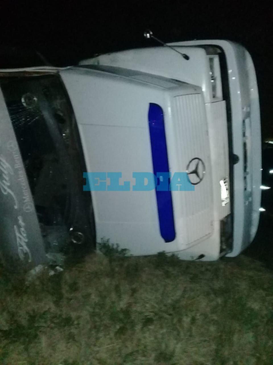 Hubo complicaciones en el tránsito en ruta 6 por el vuelco de un camión