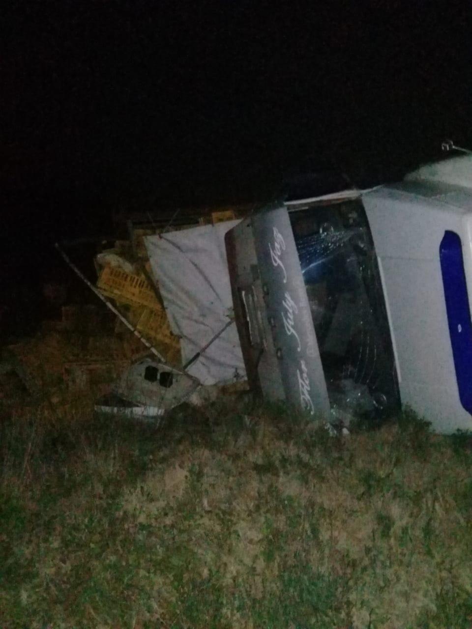 Un camión cargado con productos avícolas se despistó y volcó en la ruta 6