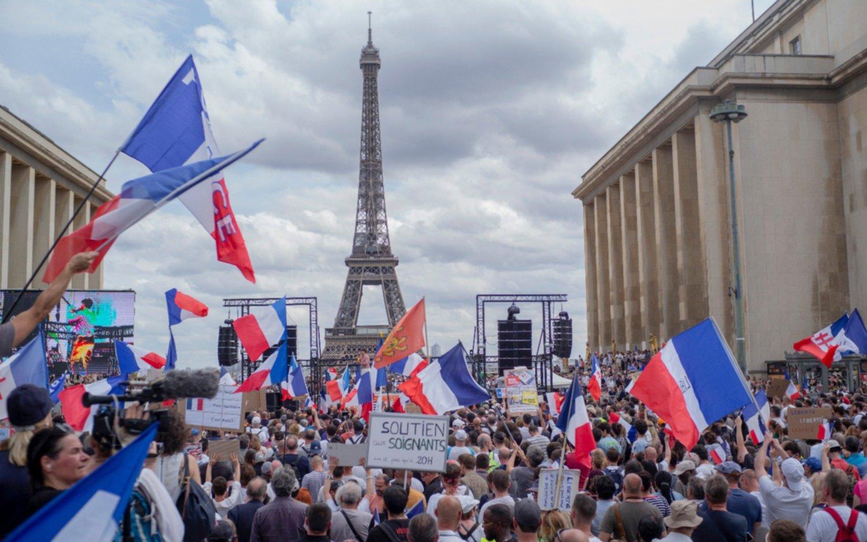 Protesta contra los pases sanitarios terminan con más de 70 detenidos en Francia