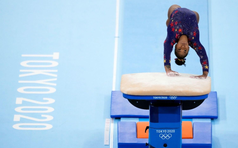 """La verdad detrás de la renuncia de Simone Biles, la gimnasta de las """"pruebas imposibles"""""""