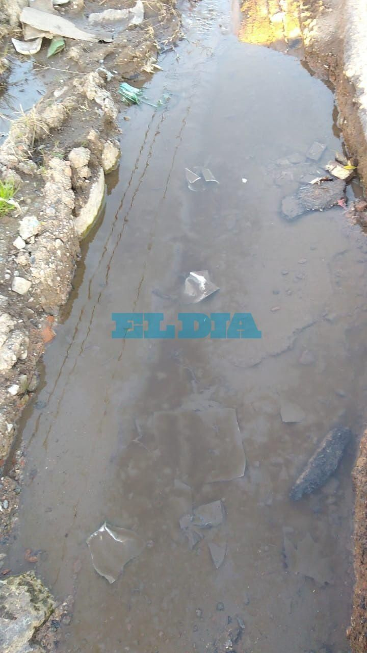 Renuevan reclamo por una abundante pérdida de agua en Los Hornos que está rompiendo la calle