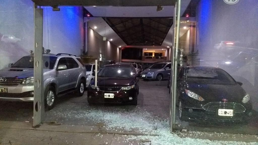 Bajo la lluvia, hubo un festival de asaltos violentos en casas y negocios de la Ciudad