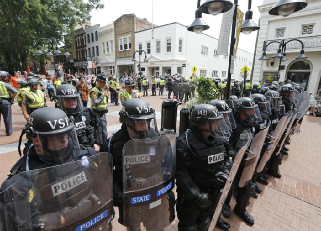 Tres muertos y decenas de heridos en una marcha racista en Estados Unidos