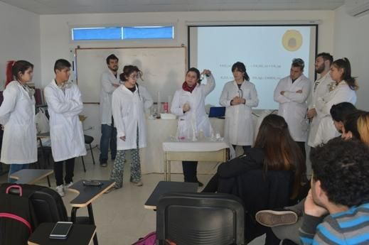 Terminator le enseña química en el Conicet platense a estudiantes de secundaria