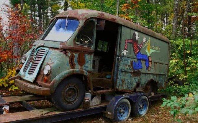 Encuentran camioneta usada por Aerosmith en los 70 en un bosque