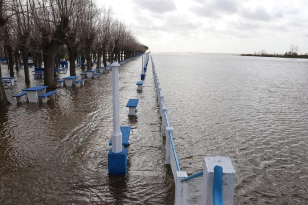La crecida del Río de la Plata preocupó a la gente que vive en la ribera