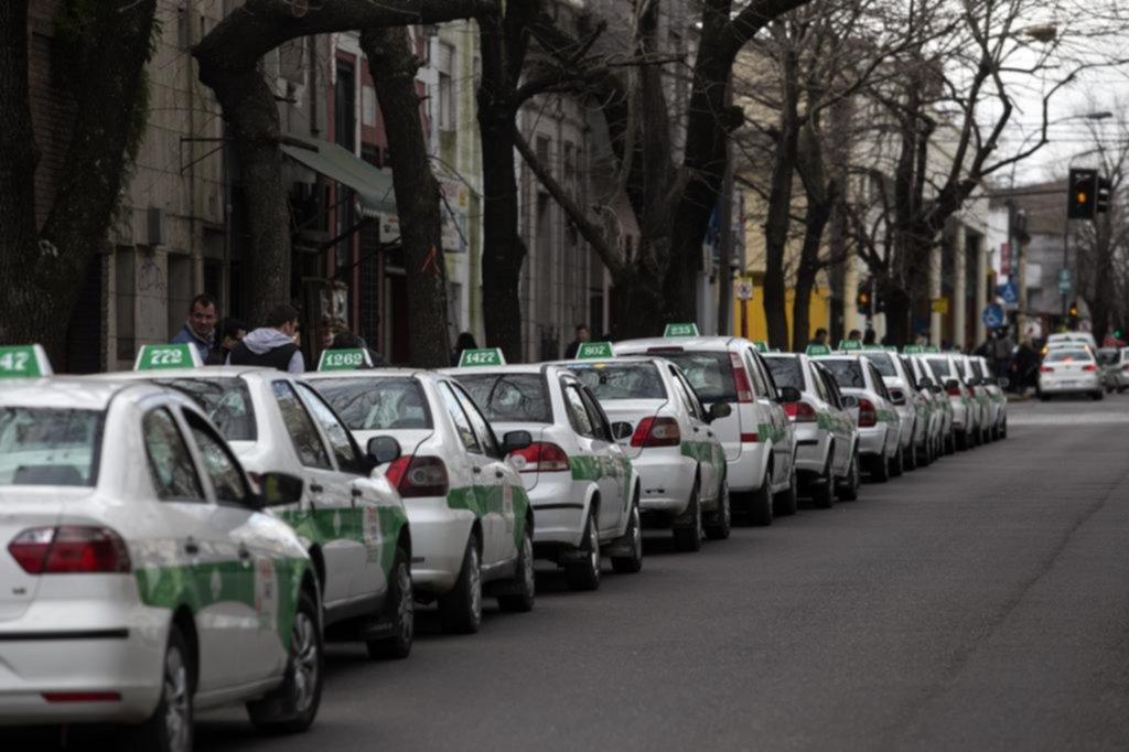 """Los taxis en su momento """"más dramático"""": bajó la actividad un 40% y aumentan los costos"""