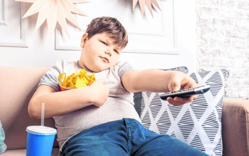 Piden rescatar a los niños del exceso de pantallas y la comida chatarra