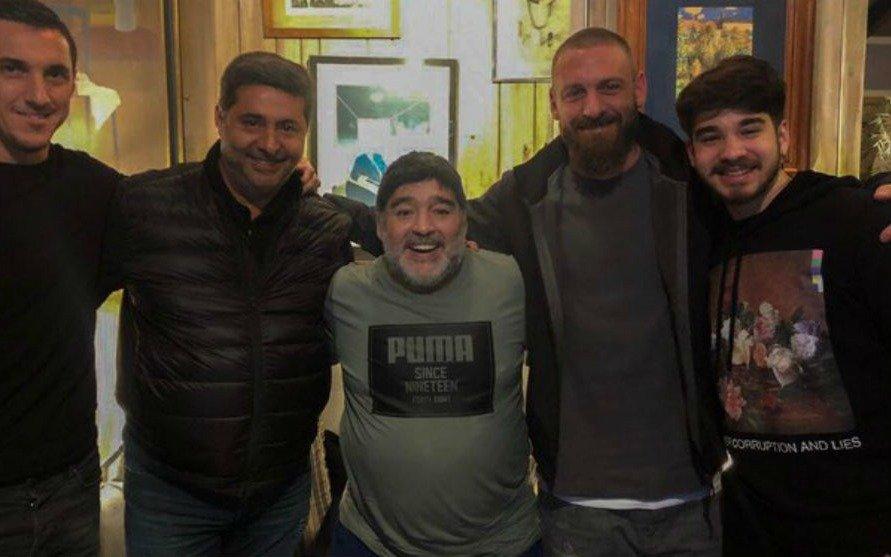 """El consejo de Maradona a De Rossi: """"Trabás dos veces y la cancha se viene abajo"""""""