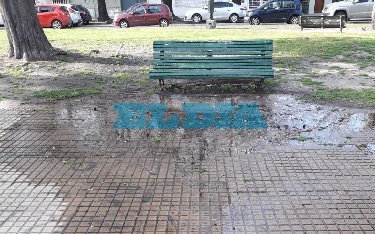 Extensa pérdida de agua en Plaza Olazábal