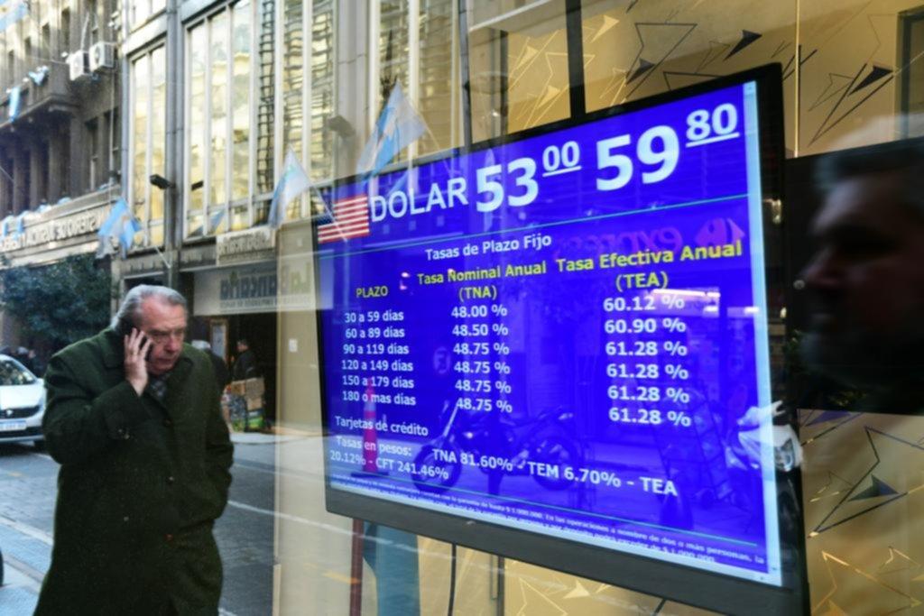 """No fue otro día """"negro"""" pero el dólar volvió a subir y se disparó el riesgo país"""