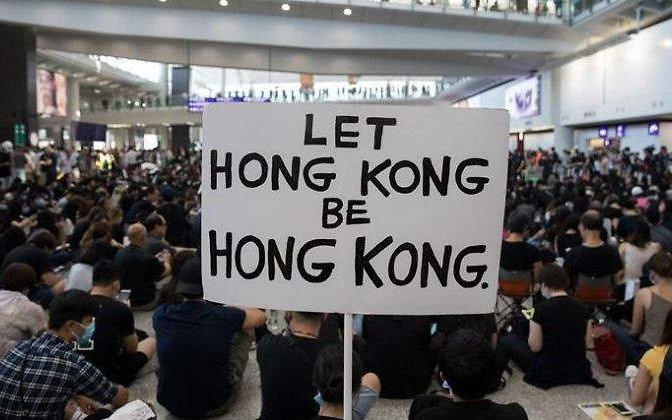 Un fallo judicial prohíbe protestas en el aeropuerto de Hong Kong al cabo de dos días de bloqueo