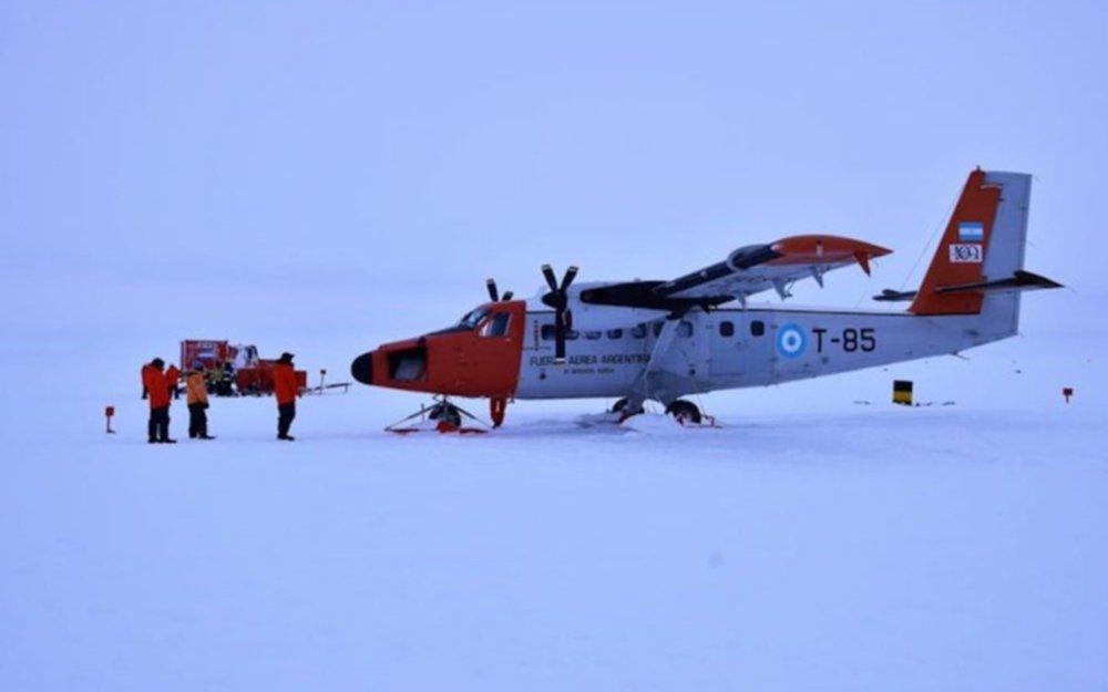 Rescatan a nueve tripulantes de un avión de la Fuerza Aérea accidentado en la Antártida