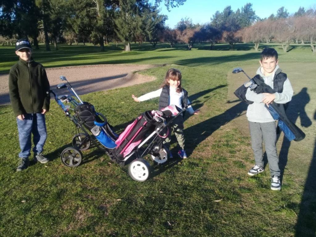 A los más chicos no los asusta el frío y salen a la cancha a jugar al golf