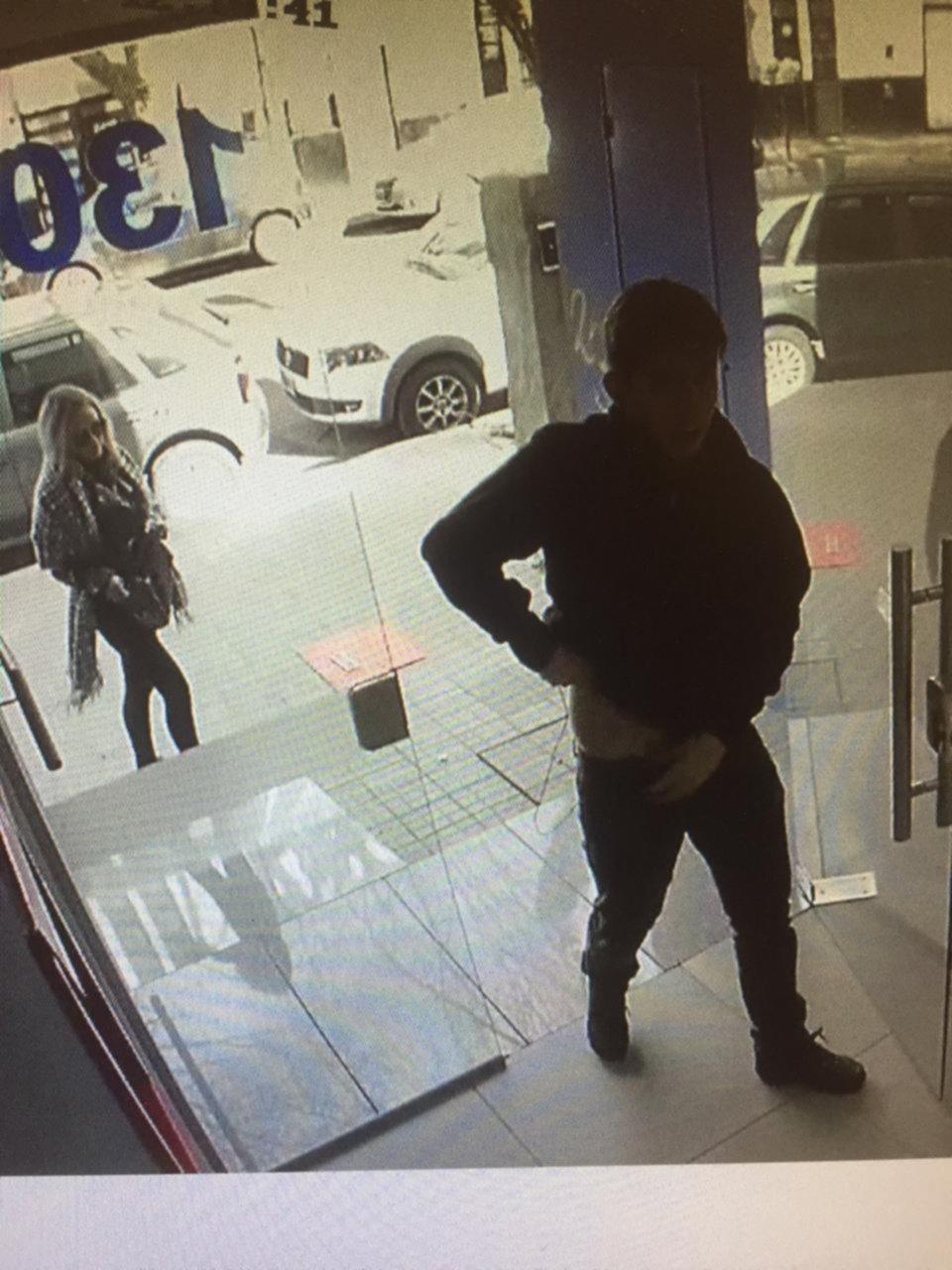 Bien vestida y con experiencia, una pareja robó en dos edificios en pocos días