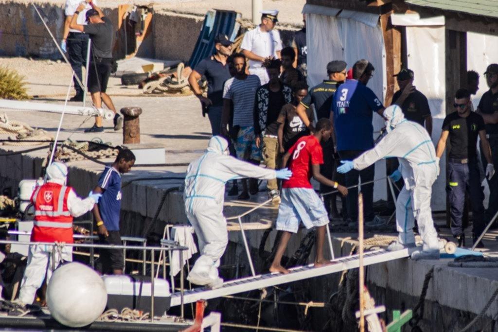 Un barco con inmigrantes, en peligro