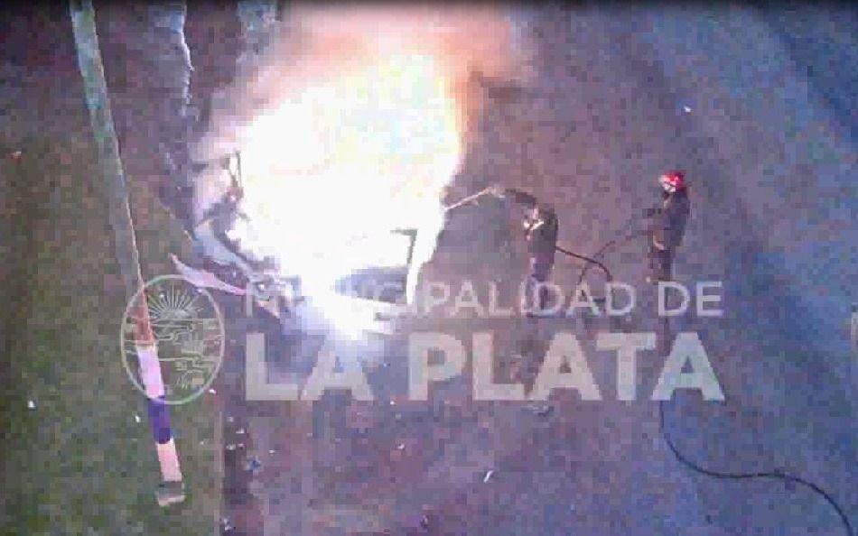VIDEO.-Dos autos chocaron y provocaron un incendio en 7 y 85
