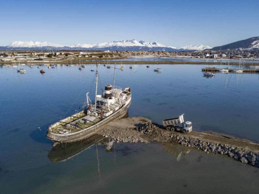 Rescatan un remolcador histórico en el canal de Beagle