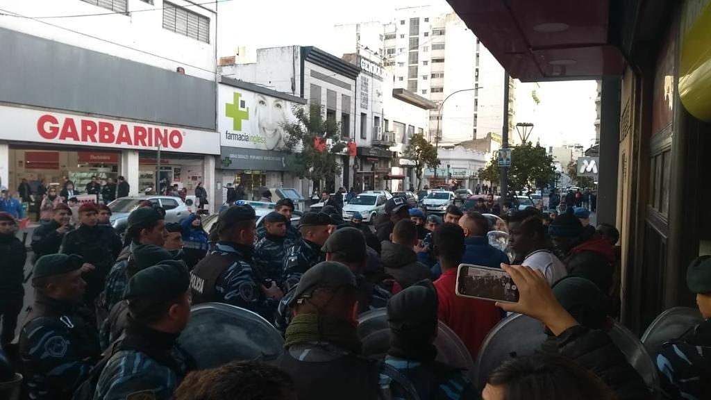 La venta callejera ilegal resiste los operativos, se instala en el Centro y regresa la tensión