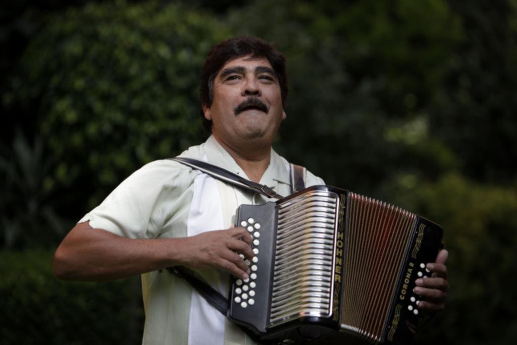 Adiós al rebelde del acordeón: a los 66 años, murió Celso Piña, el mexicano que hizo bailar a Gabo