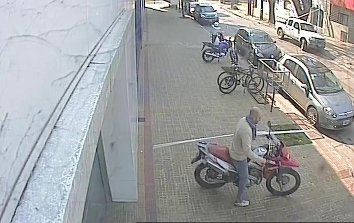 Al mediodía, dos disparos, una persecución de varias cuadras y una moto robada