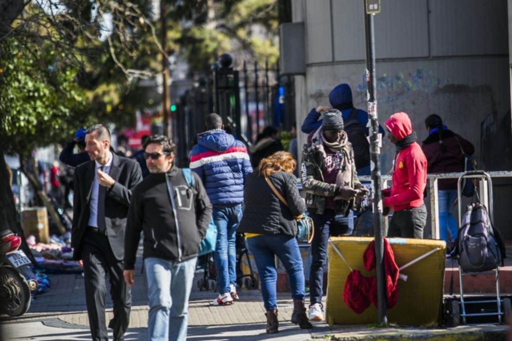 """Los ambulantes no aflojan y arman su mini """"saladita"""" en el microcentro"""