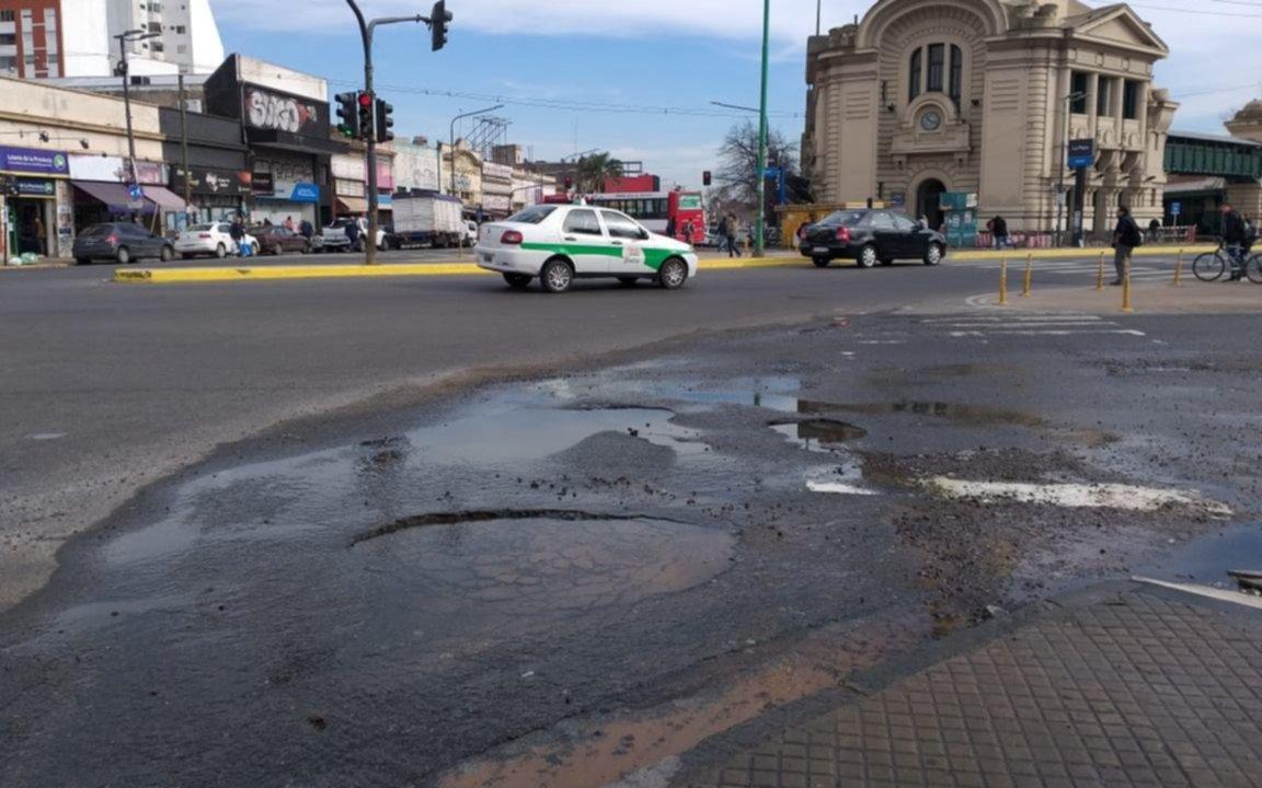 """Vecinos de la zona de la estación preocupados por los baches y un """"derroche de agua"""""""
