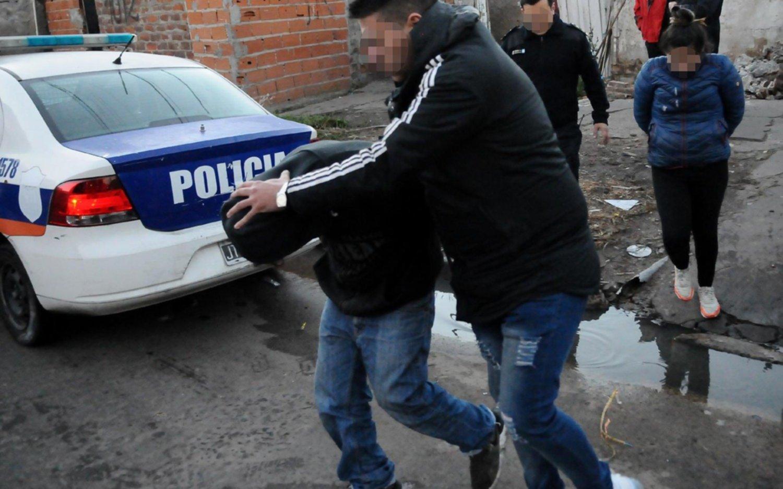 Tres policías resultaron heridos cuando intentaban detener a un adolescente en Romero