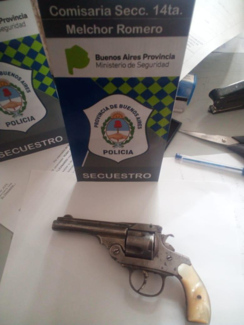 Apedrearon a policías que demoraban a un menor y les sacaron una escopeta