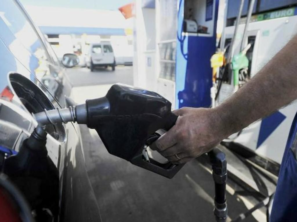 """El Gobierno analiza """"flexibilizar"""" el congelamiento de los combustibles"""