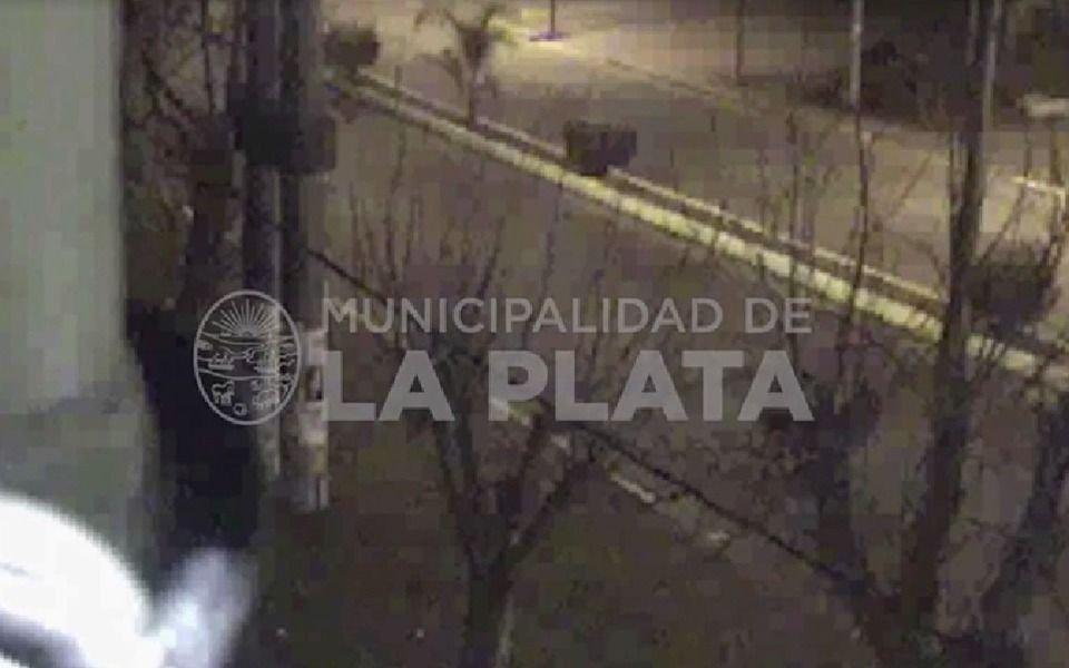 VIDEO.- Intentaron robar una bicicleta, los persiguió la policía y la abandonaron