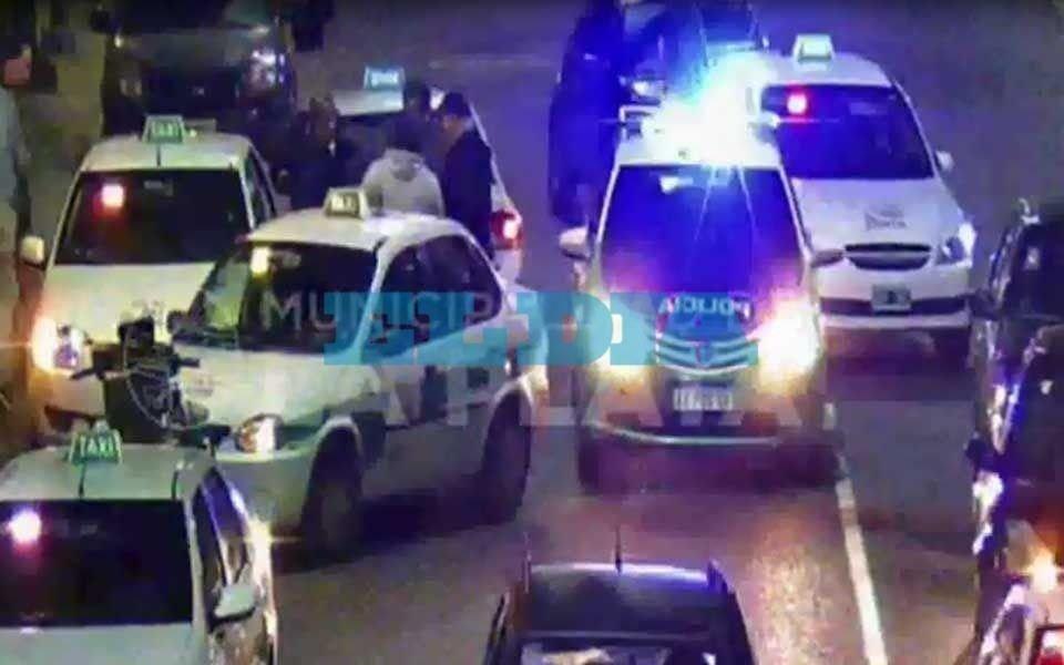 """Adentro por """"vivo"""": tomó un taxi en el Centro,  intentó huir sin pagar y terminó detenido"""