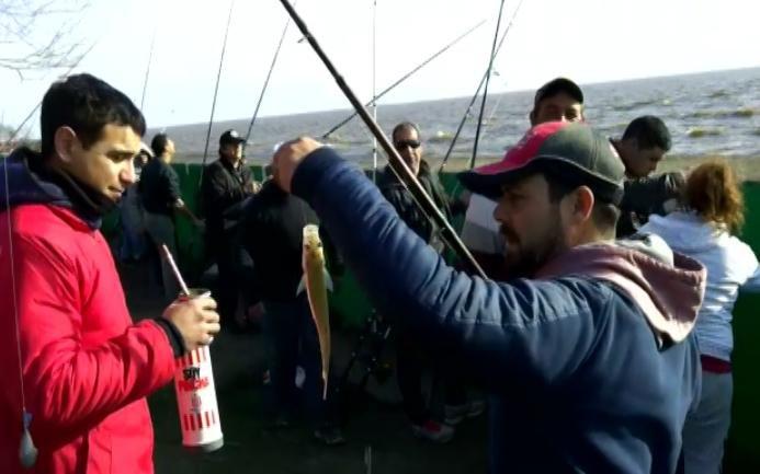 Unos mil pescadores le dieron color al torneo del pejerrey en la costa de Punta Lara