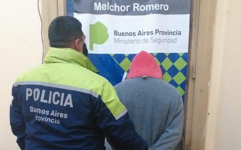 Vecinos de Melchor Romero atraparon a un sujeto acusado de intentar robar en una casa