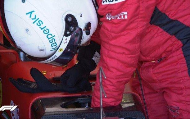 Lo que le faltaba a Ferrari: uno de sus pilotos se bajó del auto para reparar una falla