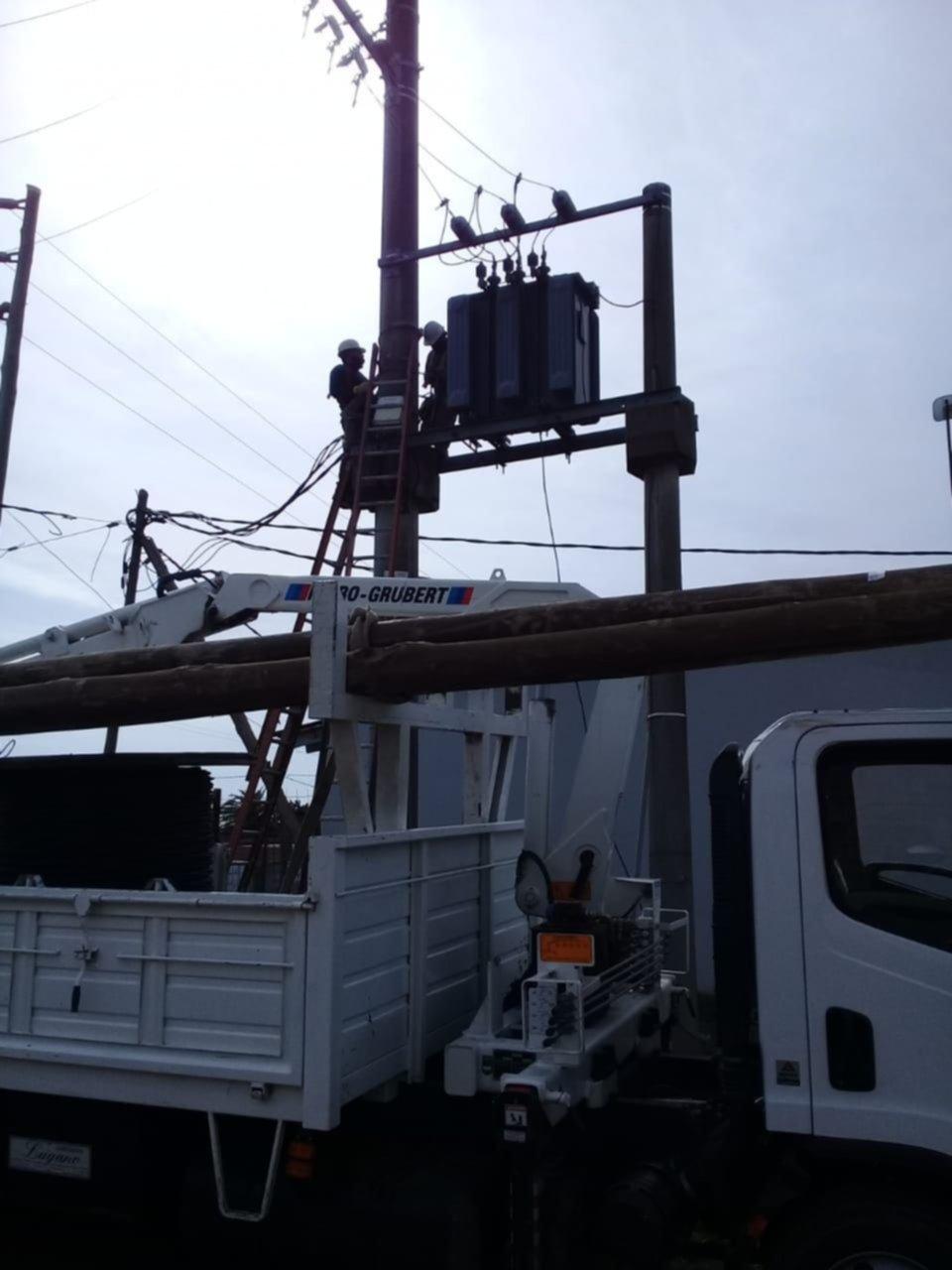 Edelap llevó a cabo tareas de mejoras en el servicio eléctrico en un sector de Los Hornos