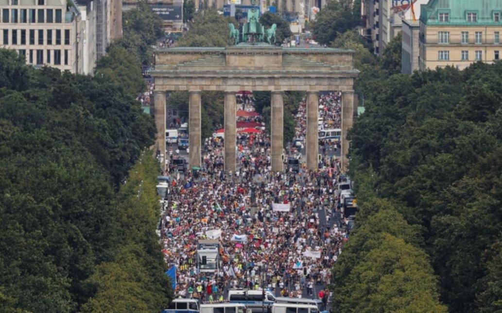 Miles de personas en Berlín protestaron contra restricciones por coronavirus