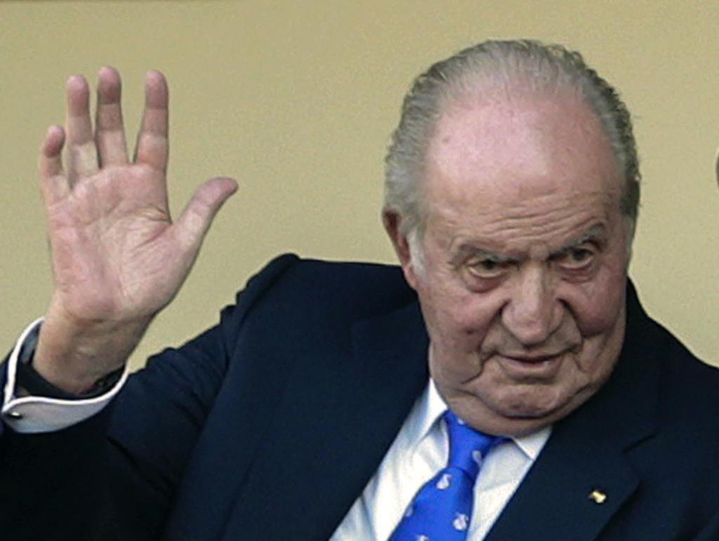 Sospechado por corrupción,     el rey Juan Carlos armó las valijas y abandonó España