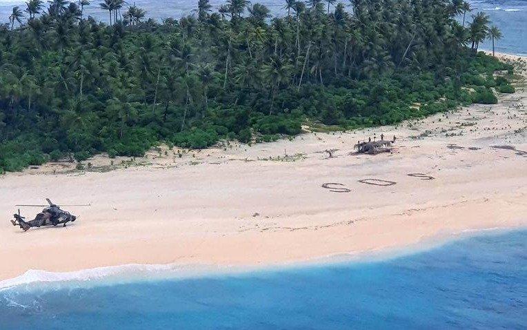 """¡De película! Tres marineros desaparecidos fueron encontrados gracias a que escribieron """"SOS"""" en la arena"""