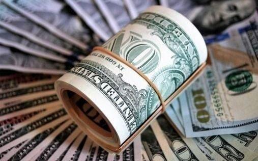Suben el dólar oficial y el blue y baja el riesgo país