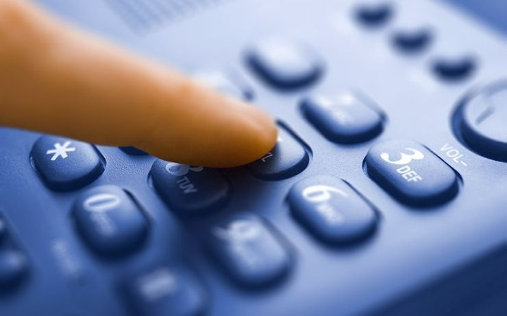 Dos adultos mayores sin teléfono y complicados en medio de la pandemia