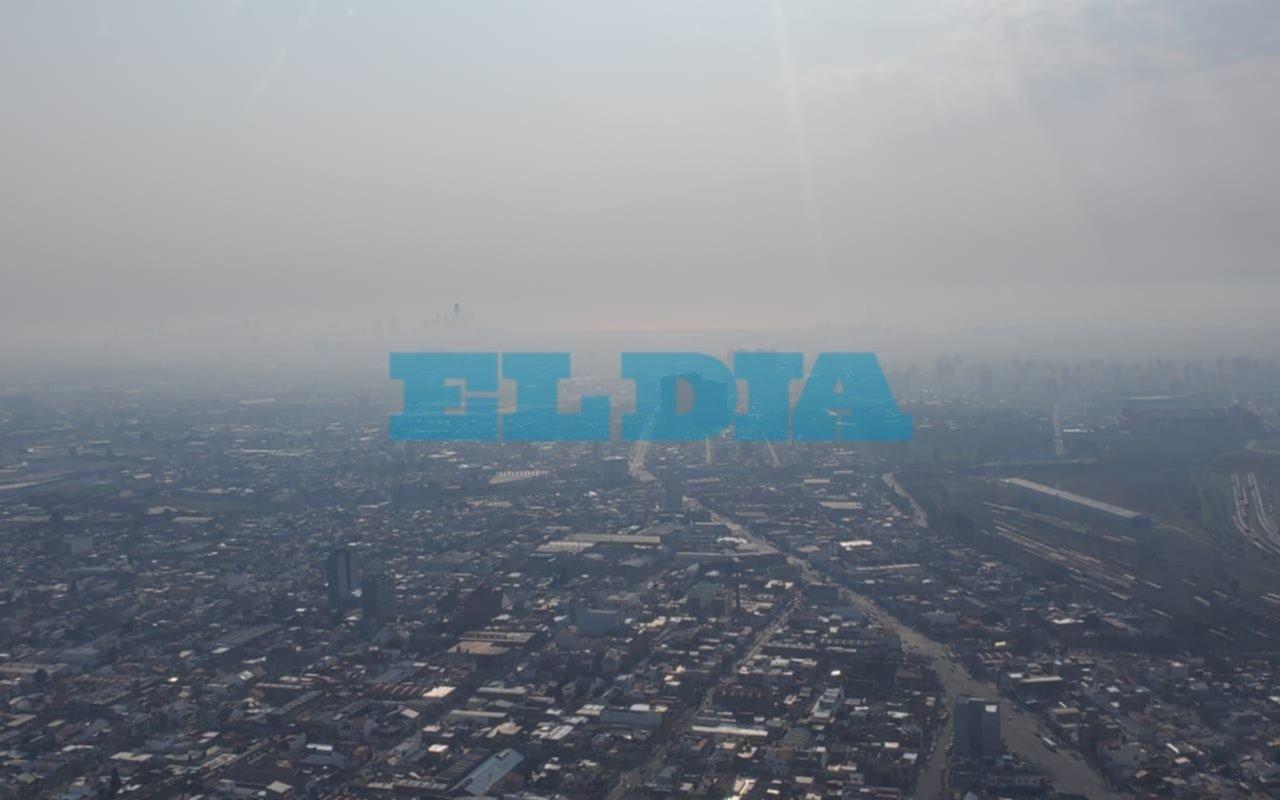 Una densa columna de humo cubrió parte de la Ciudad de Buenos Aires