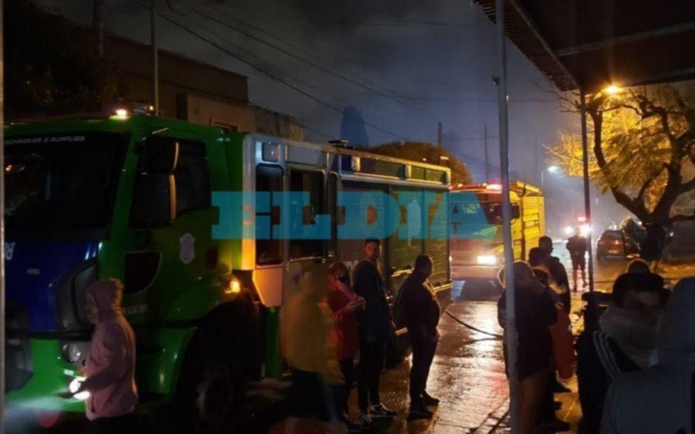 Tolosa: un vehículo ardió en un garaje y provocó severos daños en una vivienda