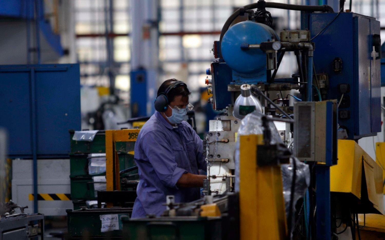 En mayo hubo 294.600 empleos privados menos que un año atrás