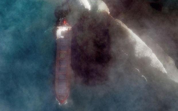 Buscan frenar desastre ecológico tras combustible vertido por barco en la isla de Mauricio