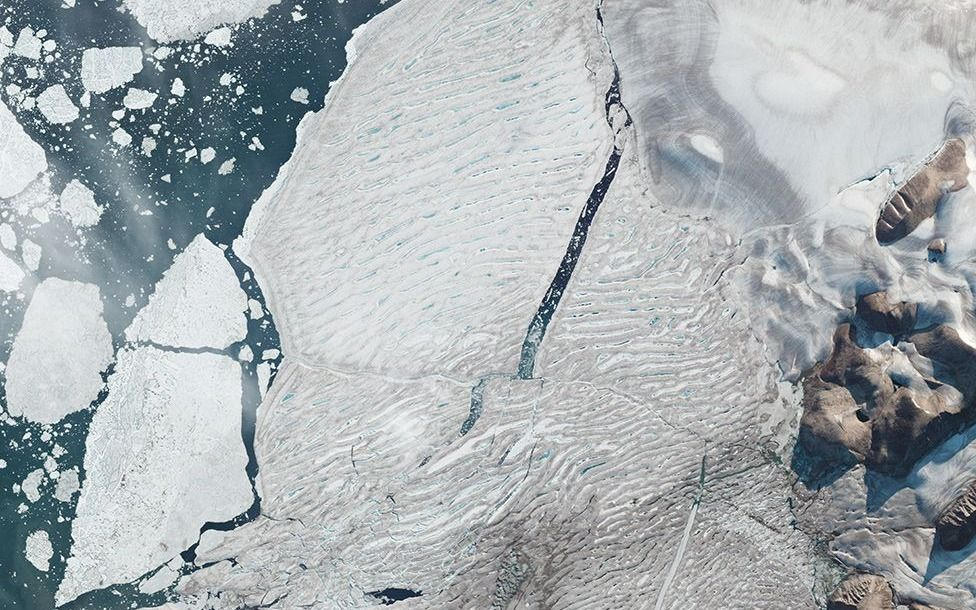 Satélites capturan división de una gran plataforma de hielo en el Ártico