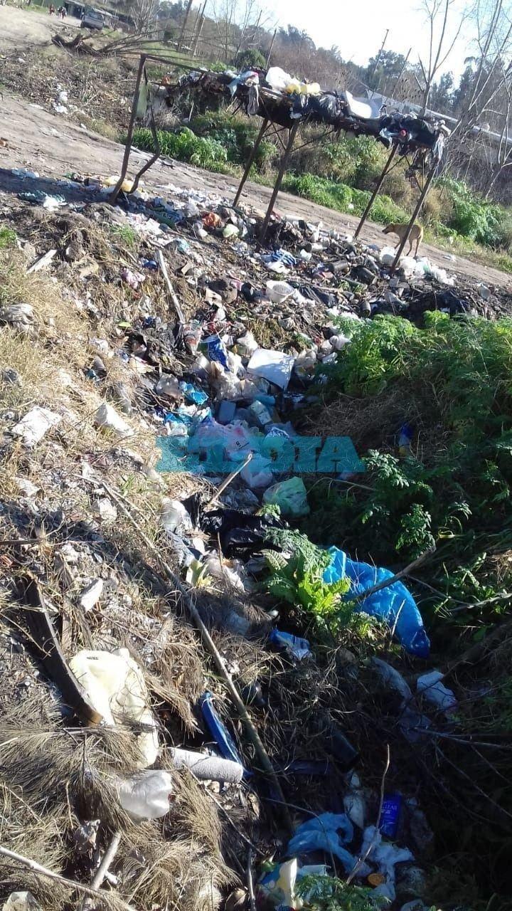 Por un basural a cielo abierto, en el barrio Las Rosas de Romero reclaman limpieza urgente